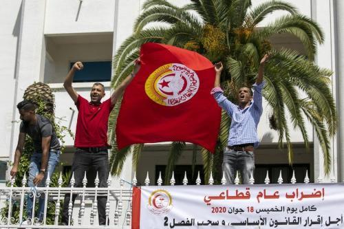 Trabalhadores protestam na frente do Ministério da Saúde exigindo uma lei especial para o setor, em Tunis, Tunísia, em 18 de junho de 2020. [Nacer Talel/Agência Anadolu]