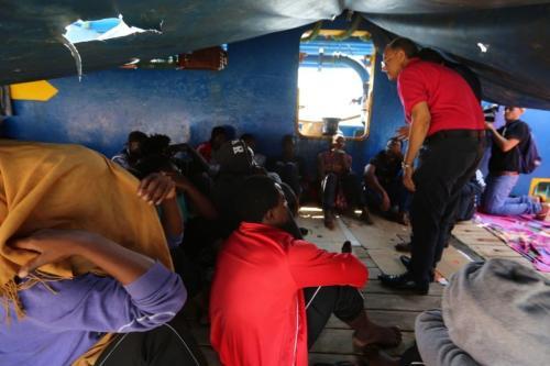 """Refugiados africanos sentam-se à bordo da embarcação """"Sarost 5"""", estacionada no porto tunisiano de Zarzis, em 1° de agosto de 2018 [Fathi Nasri/AFP/Getty Images]"""