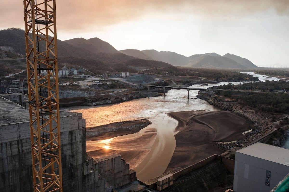 Trecho do Rio Nilo Azul ao passar pela Grande Barragem Renascença Etíope (GERD), perto de Guba, na Etiópia, em 26 de dezembro de 2019. Com 1,8 metros de altura e 1,8 metros de altura, o longo colosso de concreto deverá se tornar a maior usina hidrelétrica da África. [Eduarto Soteras/ AFP via Getty Images]
