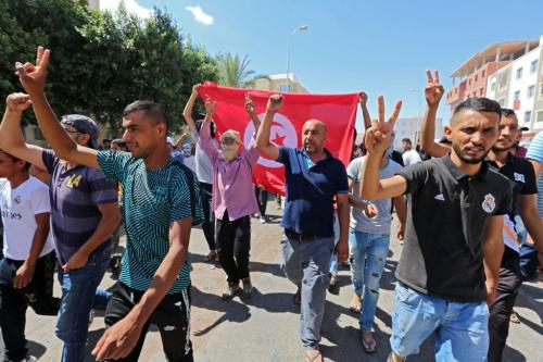 Protesto exige a libertação de líder preso e condenado por perturbar a ordem pública, em frente ao tribunal local de Tataouine em 23 de junho de 2020 [Fathu Nasri/ AFP via Getty Images]