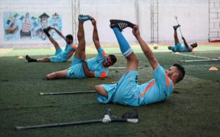 Palestinos que perderam as pernas em ataques israelenses na fronteira entre Gaza e Israel, participam dos treinamentos de futebol do Palestine Club na cidade de Gaza, em 6 de julho de 2020 [Mahmoud Ajjour / Apaimages]
