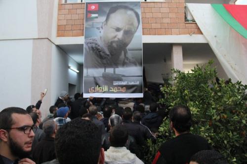 Manifestantes reúnem-se em luto diante do assassinato de Mohammed al-Zawari, engenheiro e especialista em drones tunisiano, em frente à casa da vítima, em Sfax, Tunísia, 18 de dezembro de 2016 [Houssem Zouari/Agência Anadolu]