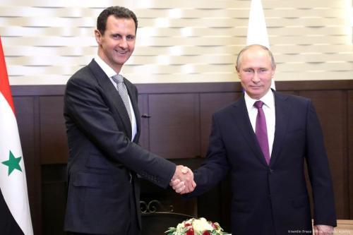 O presidente russo Vladimir Putin (R) aperta a mão do presidente sírio Bashar al-Assad (E) durante sua reunião em Sochi, Rússia, em 21 de novembro de 2017 [Assessoria de Imprensa do Kremlin / Agência Anadolu]