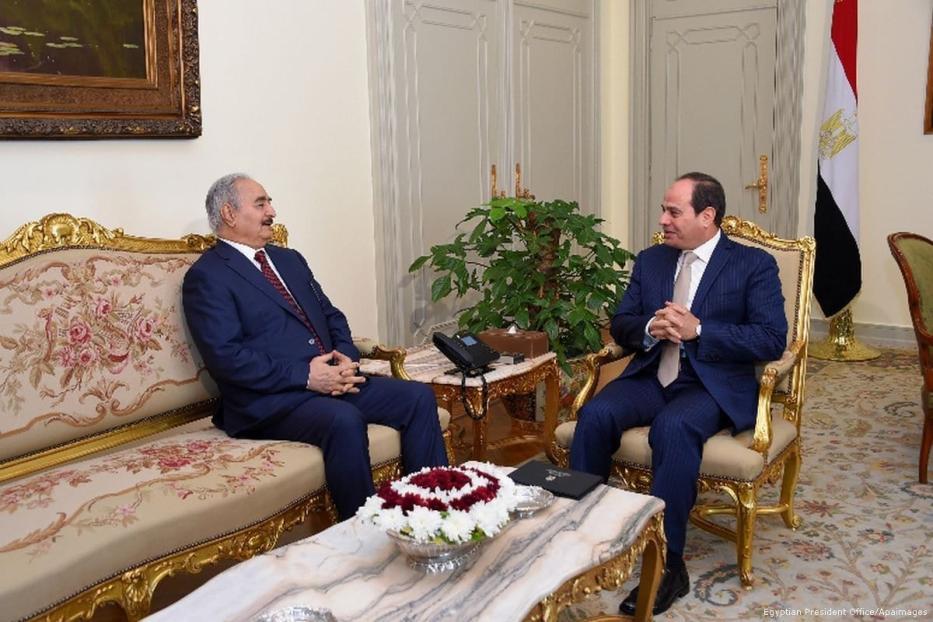 O presidente egípcio Abdel Fattah Al-Sisi se encontra com o comandante do exército nacional líbio, marechal de campo Khalifa Haftar, no Cairo, Egito, em 13 de maio de 2017 [Gabinete do Presidente Egípcio / Apaimages]