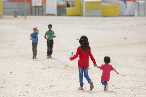 Crianças sírias no campo de refugiados de Zaatari na Jordânia, que abriga 80.000 refugiados sírios [Save the Children]