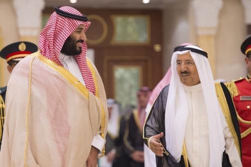 Príncipe herdeiro e governante de fato da Arábia Saudita Mohammad bin Salman (à esquerda) é recebido pelo Emir do Kuwait sheikh Sabah al-Ahmad al-Jaber al-Sabah, na Cidade do Kuwait, 30 de setembro de 2018 [Bandar Algaloud/Agência Anadolu]