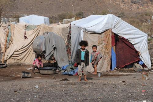 Crianças em frente a tendas provisórias em um campo de refugiados de Sana'a, capital do Iêmen, 11 de abril de 2018 [Mohammed Hamoud/Agência Anadolu]