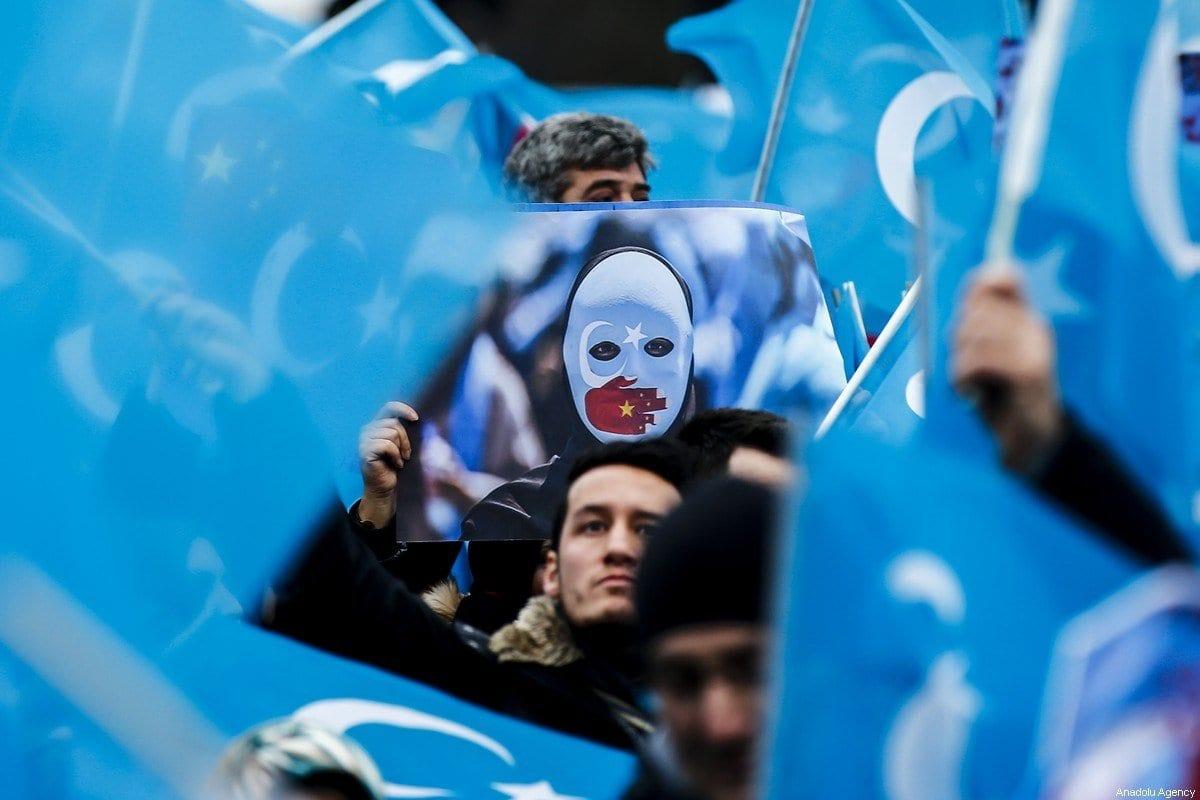 Manifestação em apoio ao povo uigur e contra violações de direitos humanos cometidas pela China, em 27 de dezembro de 2019 [Abdulhamid Hosbas/Agência Anadolu]