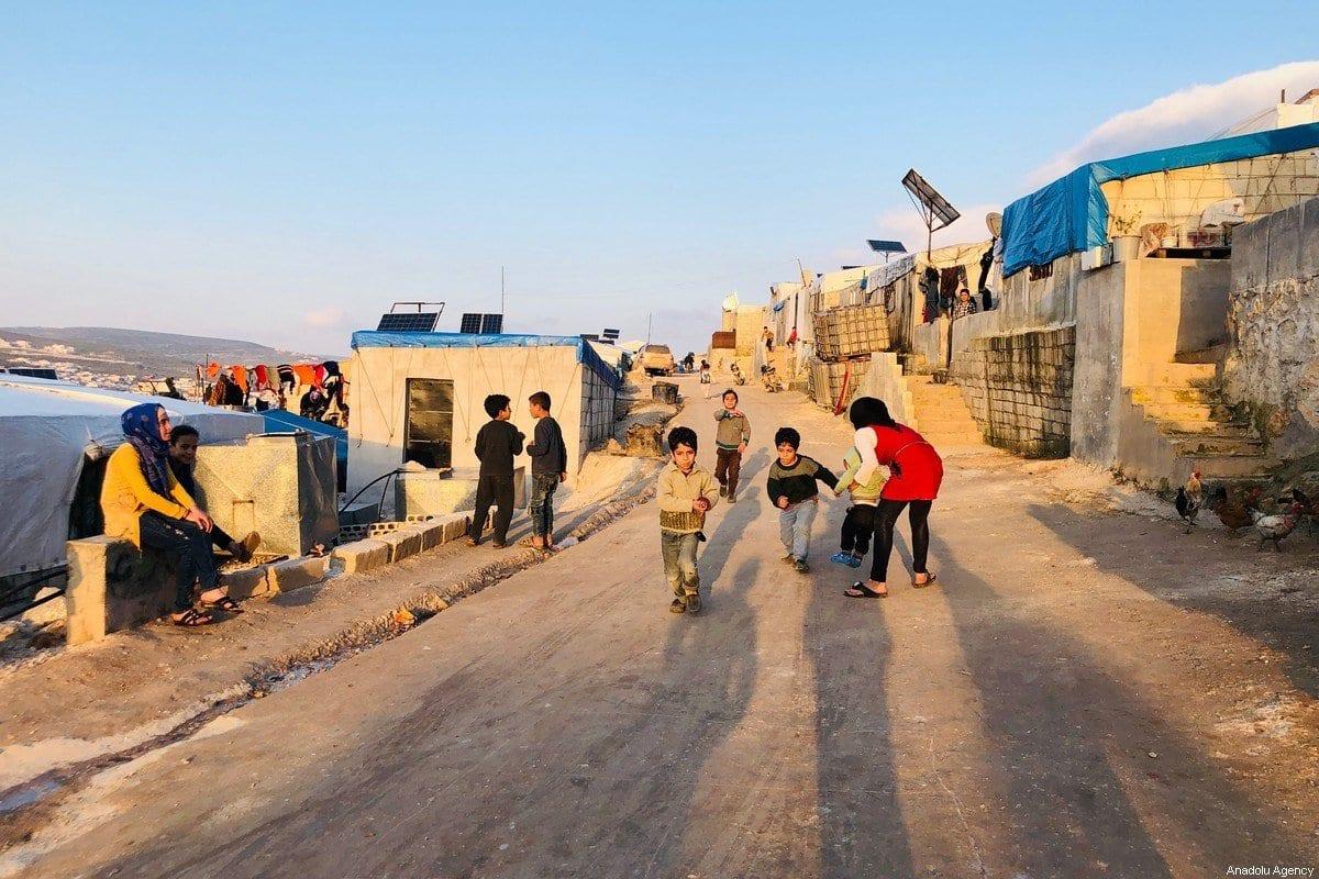 Crianças sírias em campo de tendas provisórias na Síria, 2 de abril de 2020 [Muhammed Abdullah/Agência Anadolu]
