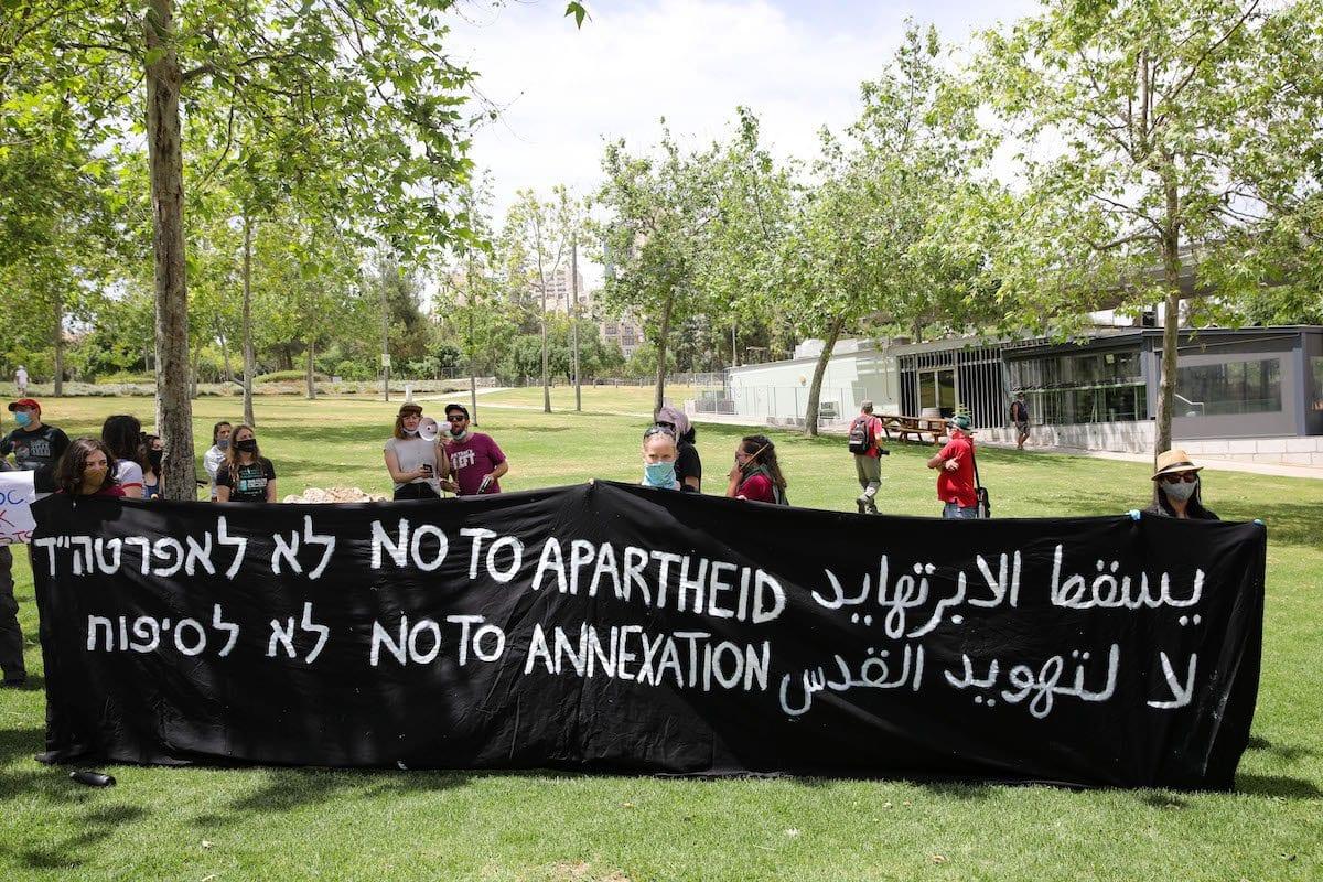 Um grupo de ativistas israelenses, segurando cartazes, se reúne em frente à Embaixada dos EUA em protesto contra o plano de anexação do Vale do Jordão e assentamentos ilegais na Cisjordânia, em 15 de maio de 2020. Jerusalém. [Mostafa Alkharouf - Agência Anadolu]
