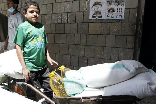 Distribuição de ajuda alimentar enviada pelo Programa Mundial de Alimentos (PMA) na capital iemenita, Sanaa, em 3 de junho de 2020. [Mohammed Hamoud - Agência Anadolu]