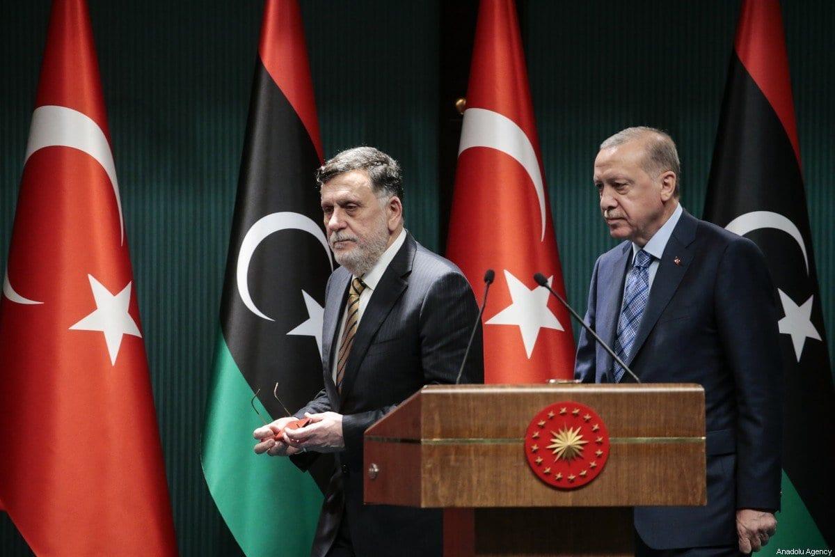 O presidente turco Recep Tayyip Erdogan (D) e o primeiro-ministro líbio Fayez al-Sarraj (E) realizam uma conferência de imprensa conjunta no Complexo Presidencial de Ancara, na Turquia, em 4 de junho de 2020 [Metin Aktaş / Agência Anadolu]