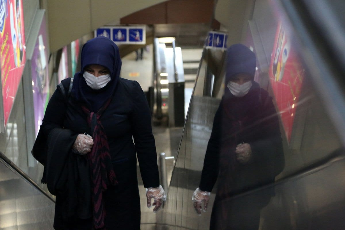 Mulher com máscara em estação de metrô em Teerã, Irã, 15 de junho de 2020 [Fatemeh Bahrami / Agência Anadolu]