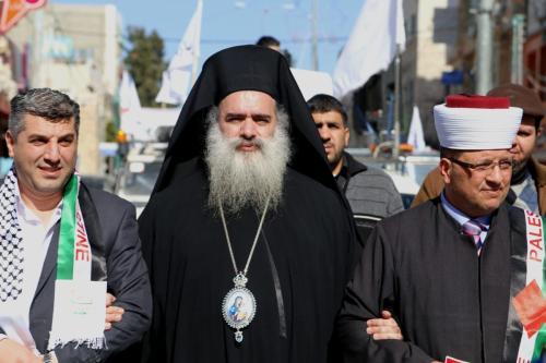 Arcebispo da Igreja Ortodoxa Grega de Jerusalém, Atallah Hanna [centro], durante um protesto na cidade de Hebron, na Cisjordânia, em 22 de janeiro de 2015 [Muhesen Amren / ApaImages]