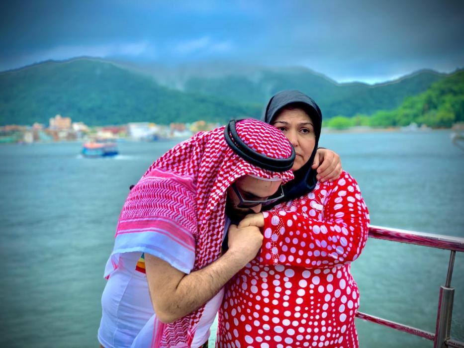 Abdulbase Jarour com sua mãe, Khadouj Makhzoum . [Arquivo pessoal]