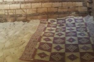 Pequeno cômodo no qual Fadia, mulher egípcia de 56 anos, foi presa por seu próprio irmão por 22 anos, em 4 de julho de 2020 [masralarabia/Twitter]