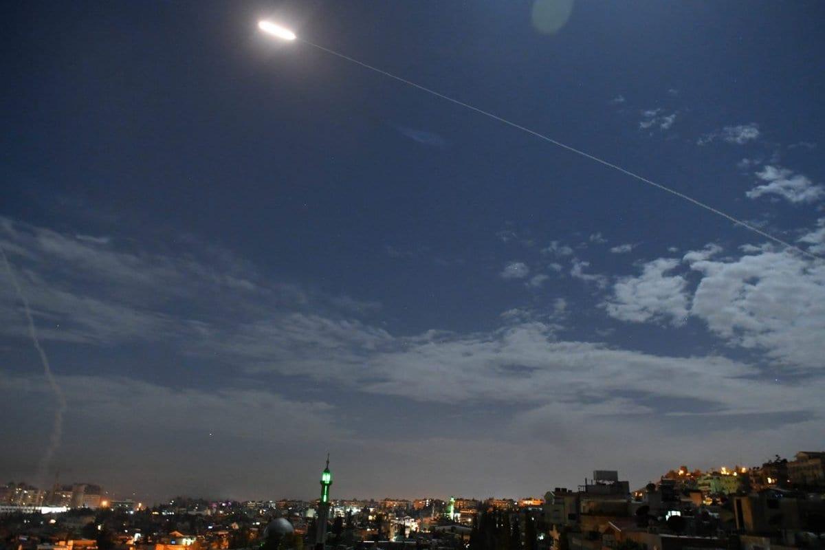 Uma foto tirada no dia 21 de janeiro de 2019 mostra as baterias de defesa aérea da Síria respondendo ao que a mídia estatal síria disse serem mísseis israelenses contra Damasco [STR/ AF / Getty Images]