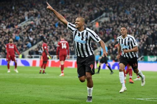Salomon Rondon, do Newcastle United, comemora depois de marcar o segundo gol de sua equipe durante a partida da Premier League contra o Liverpool FC, no St. James Park, em 4 de maio de 2019, Reino Unido [Laurence Griffiths / Getty Imagens]