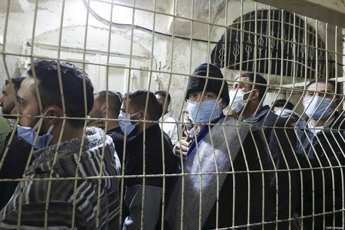 Palestinos aguardam perto da Mesquita Abraâmica (Túmulo dos Patriarcas), na cidade de Hebron, considerada ponto crítico na Cisjordânia ocupada, na manhã de 26 de maio de 2020 [Hazem Bader/AFP/Getty Images]