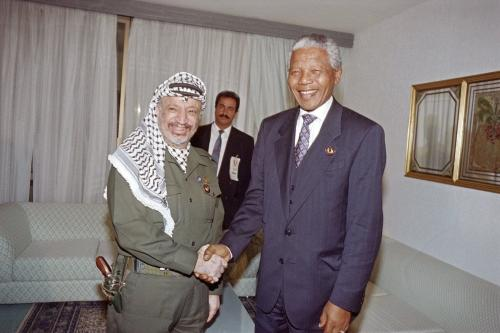 Yasser Arafat, Presidente da Organização para a Libertação da Palestina (OLP), encontra-se com o Presidente da África do Sul Nelson Mandela, na cúpula da Organização de Unidade Africana, em Túnis, Tunísia, 13 de junho de 1994 [Fethi Belaid/AFP/Getty Images]