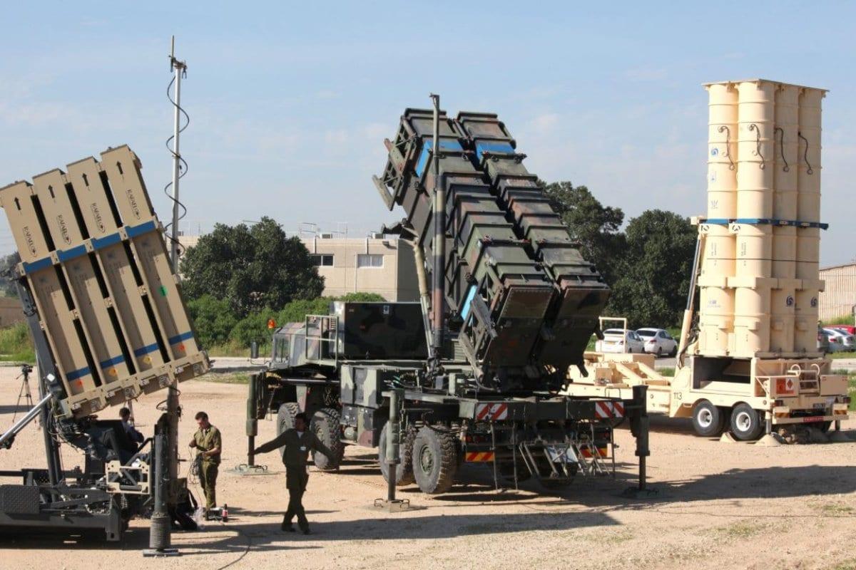Soldados israelenses em meio a equipamentos do sistema de defesa Domo da Ferro, em 25 de fevereiro de 2016 [Gil Cohen-Magen/AFP/Getty Images]
