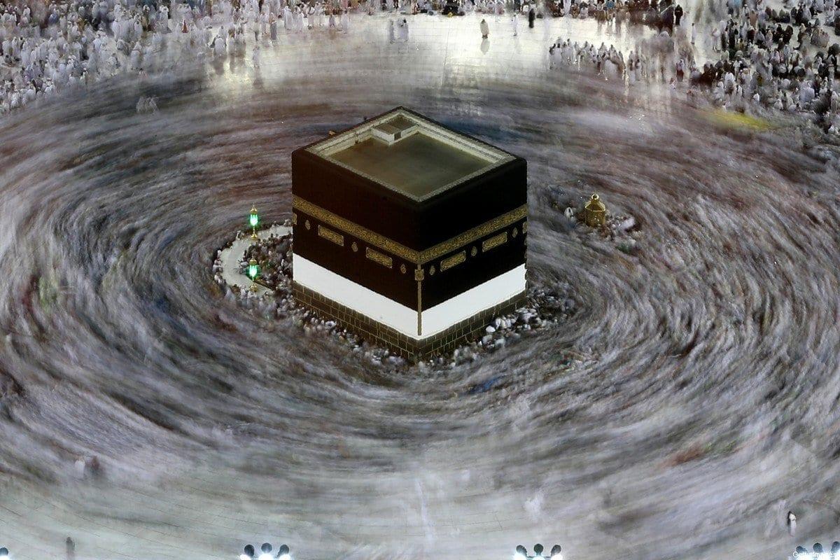 Esta fotografia de longa exposição mostra peregrinos muçulmanos circundando a Kaaba, santuário mais sagrado do Islã, na Grande Mesquita na cidade sagrada de Meca, na Arábia Saudita, em 27 de agosto de 2017 [KARIM SAHIB / AFP via Getty Images]