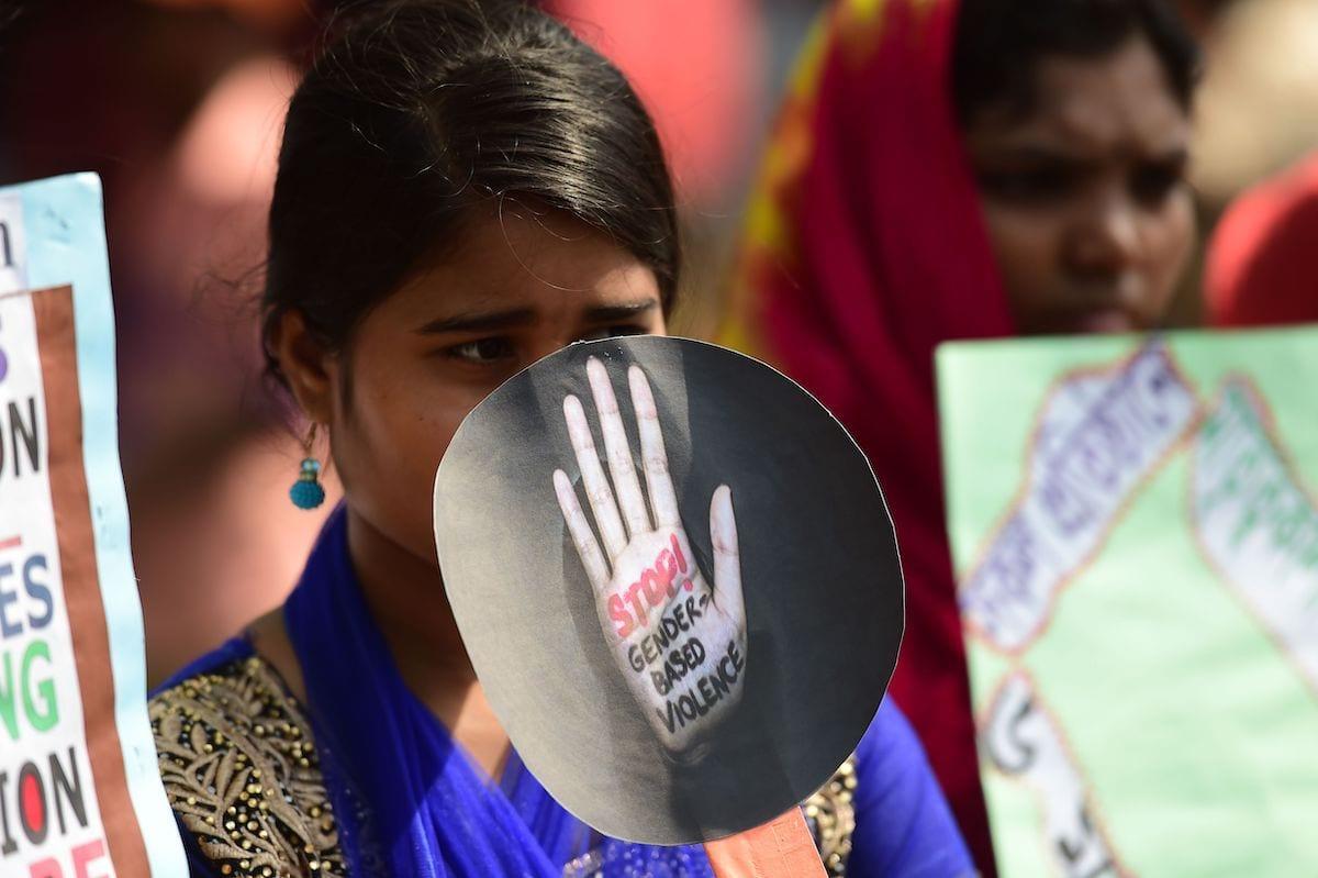 Mulher com cartaz em comício para marcar o Dia Internacional da Mulher em Daca, em 8 de março de 2018 [Munir UzZaman/ AFP via Getty Images]