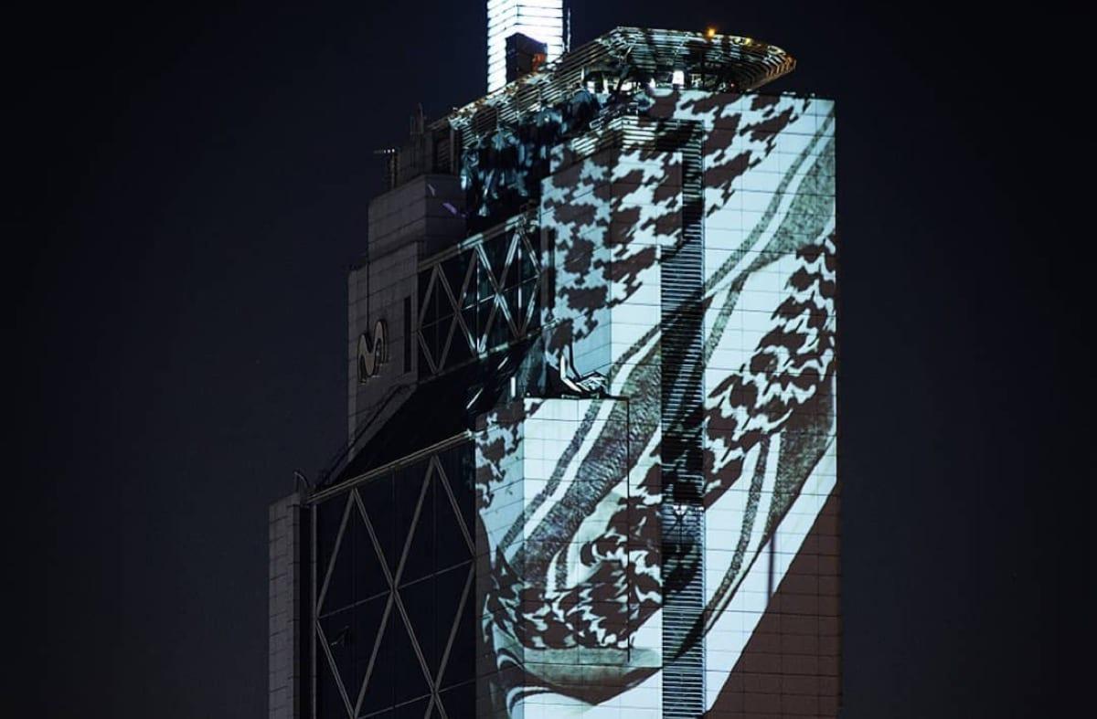 Torre de Telefonia do Chile é iluminada com o keffiyeh, lenço nacional palestino, em 2 de julho de 2020 [Delight Lab]