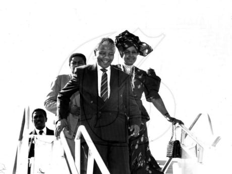 Chegada de Nelson e Winnie Mandela à Jamaica, em 1991