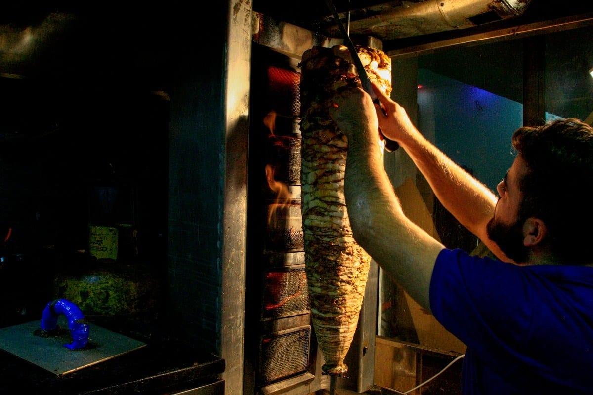 Um cozinheiro corta shawarma em um restaurante, 31 de julho de 2019 [Ebrahim Hamid/AFP/Getty Images]