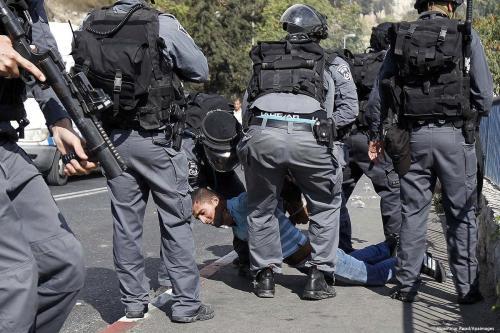 Forças israelenses prendem um adolescente palestino, 21 de novembro de 2017 [Muammar Awad / Apaimages]