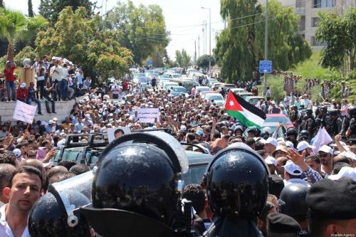 Forças de segurança bloqueiam uma estrada diante de protestos de professores jordanianos, que se aproximavam da sede do governo, em Amã, Jordânia, 5 de setembro de 2019 [Laith Joneidi/Agência Anadolu]