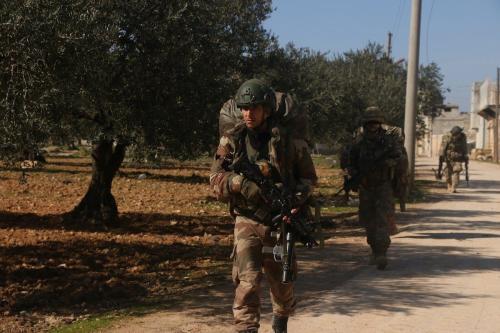 Soldados turcos durante patrulha na zona de desescalada de Idlib, Síria, 20 de fevereiro de 2020 [Ibrahim Hatib/Agência Anadolu]