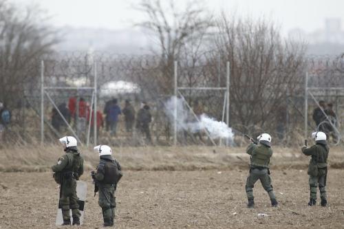 Forças de segurança da Grécia reprimem avanço de requerentes de asilo, que tentavam atravessar a cerca de arame farpado na fronteira greco-turca, em Kastanies, Grécia, 4 de março de 2020 [Dimitris Tosidis/Agência Anadolu]