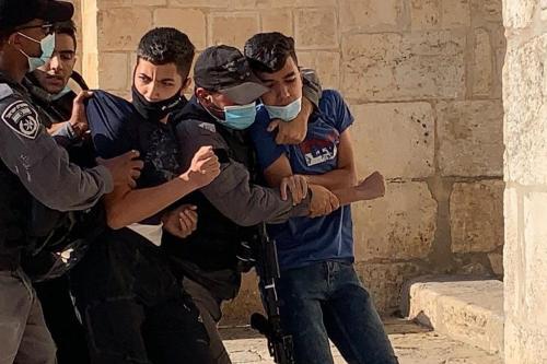 Forças israelenses prendem seis palestinos, enquanto centenas de colonos ilegais judeus invadem o complexo da Mesquita de Al-Aqsa, ponto crítico da Cidade Velha de Jerusalém Oriental, em 30 de julho de 2020 [Waqf Islâmico de Jerusalém/Agência Anadolu]