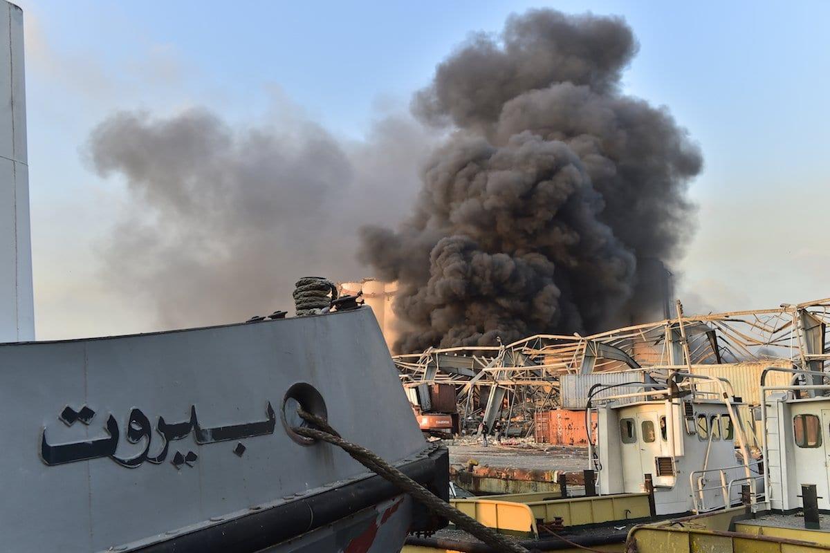 Fumaça após incêndio em um depósito com materiais explosivos no porto de Beirute, Líbano, 4 de agosto de 2020 [Houssam Shbaro/Agência Anadolu]