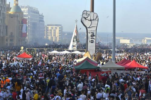 Manifestantes tomam a Praça dos mártires contra o governo, após explosão mortal no porto de Beirute, na capital do Líbano, 8 de agosto de 2020 [Houssam Shbaro/Agência Anadolu]