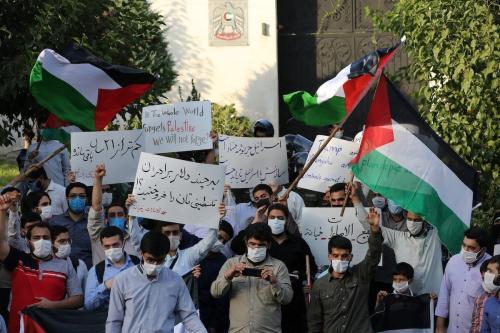 Estudantes iranianos se reúnem fora da Embaixada dos Emirados Árabes em Teerã, no Irã, em protesto contra um de normalização dos laços com Israel, em 15 de agosto de 2020. [Fatemeh Bahrami - Agência Anadolu]