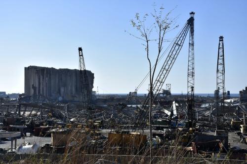 Edifícios danificados e operações em curso para remover destroços da zona portuária, após um incêndio em um depósito de materiais químicos levar a enormes explosões em Beirute, capital do Líbano, 17 de agosto de 2020 [Mahmut Geldi/Agência Anadolu]