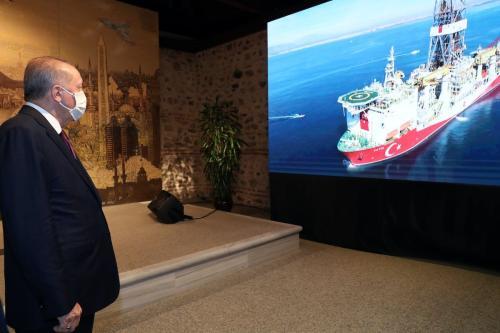 Presidente da Turquia Recep Tayyip Erdogan assiste informativo sobre a descoberta de uma grande reserva de gás natural na costa do Mar Negro, durante coletiva de imprensa, no Palácio Dolmabahce, em Istambul, Turquia, 21 de agosto de 2020 [TCCN/Murat Çetinmühürdar/Agência Anadolu]