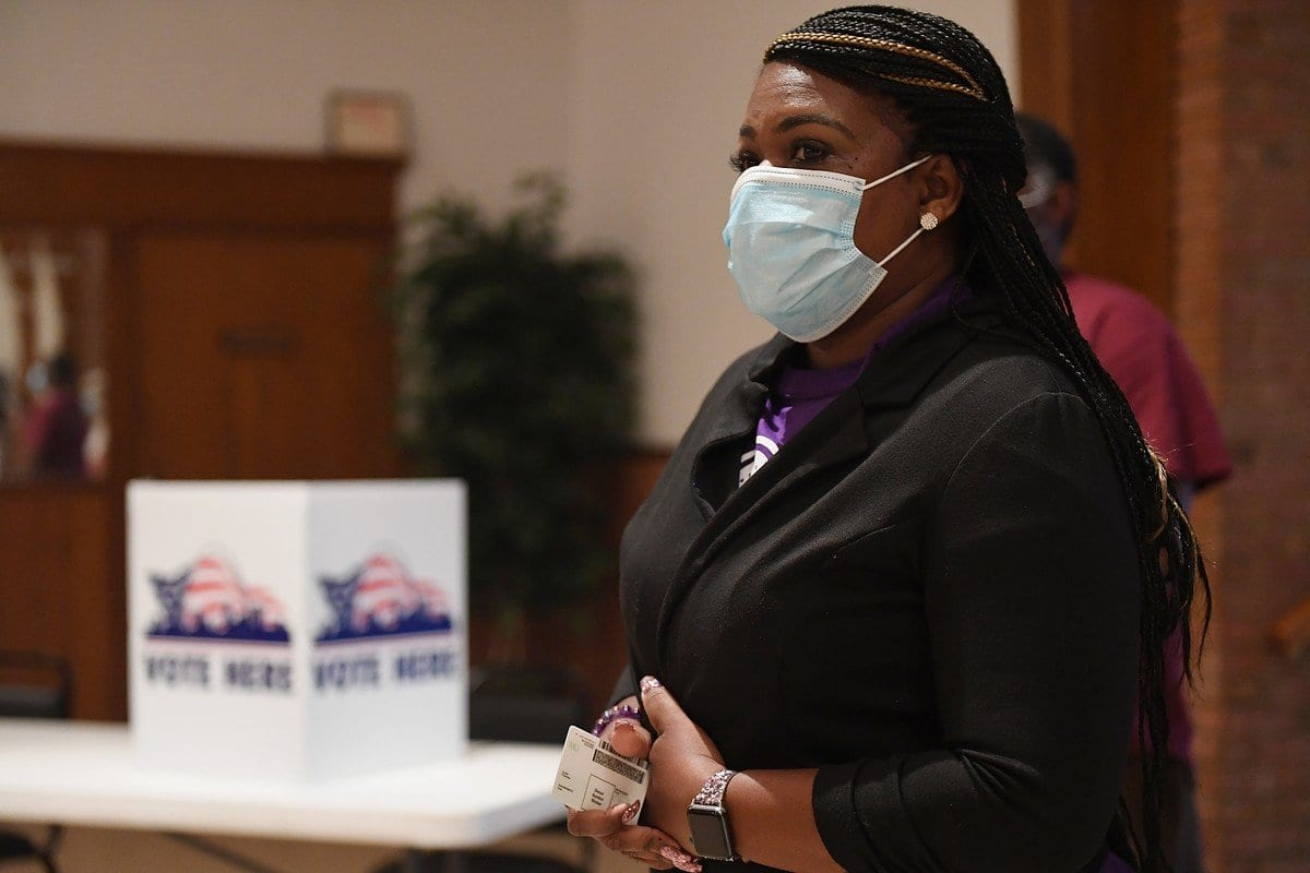 Cori Bush, candidata democrata ao congresso americano, registra seu voto no Missouri, Estados Unidos, 4 de agosto de 2020 [Michael Thomas/Getty Images]