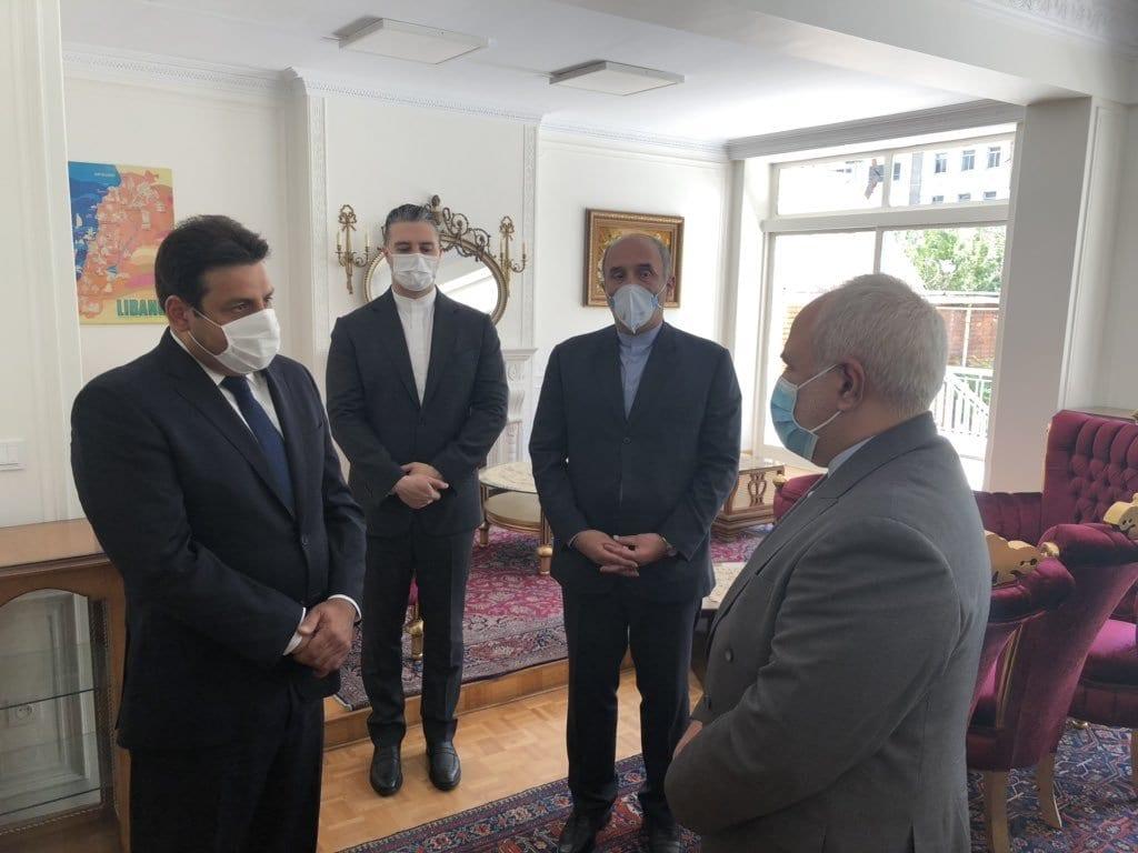 O ministro das Relações Exteriores iraniano, Javad Zarif, visitou a Embaixada do Líbano em Teerã para expressar suas condolências após a explosão devastadora da semana passada no Porto de Beirute, que até agora custou a vida de 200 pessoas e feriu pelo menos 5.000 [@ Hassan3Abbas / Twitter]