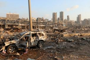 Edifícios danificados e arredores, após uma explosão no Porto de Beirute abalar toda a capital do Líbano, em 4 de agosto de 2020 [Houssam Shbaro/Agência Anadolu]
