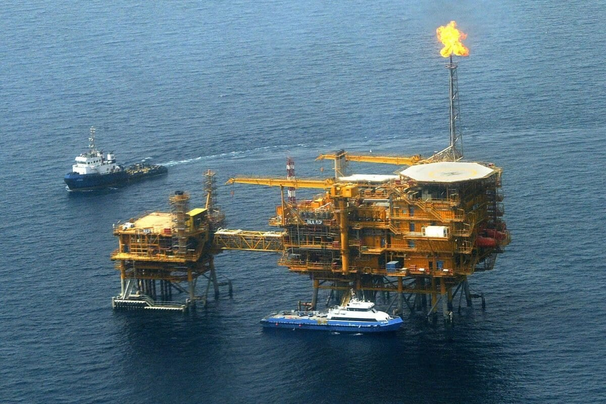 Vista aérea da plataforma de petróleo offshore Balal, do Irã, no Golfo, nas margens das águas territoriais do Qatar, vem 16 de maio de 2004 [Behrouz Mehri / AFP via Getty Images]