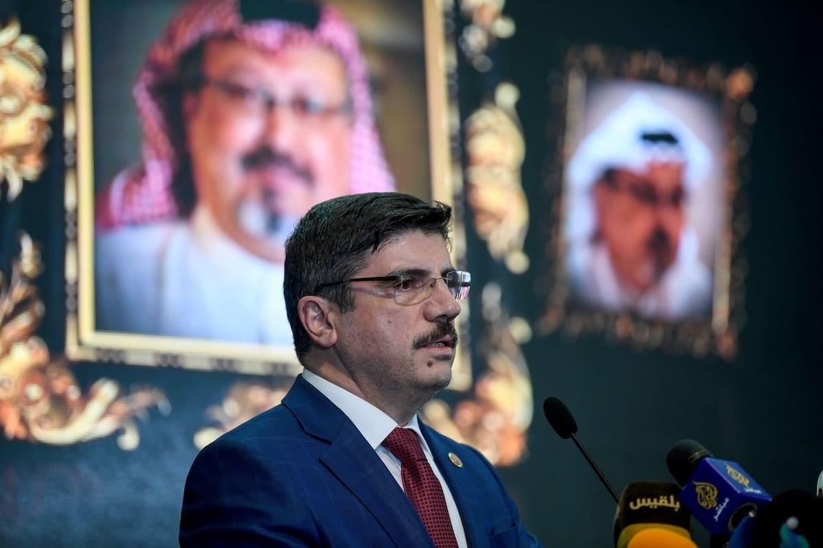 Yasin Aktay, do Partido da Justiça e Desenvolvimento (AKP), membro do Palrlamento e chefe do Grupo Turco da União Interparlamentar, fala durante um evento de celebração para o jornalista saudita morto em Istambul em 11 de novembro de 2018. [OZAN KOSE / AFP via Getty Images]