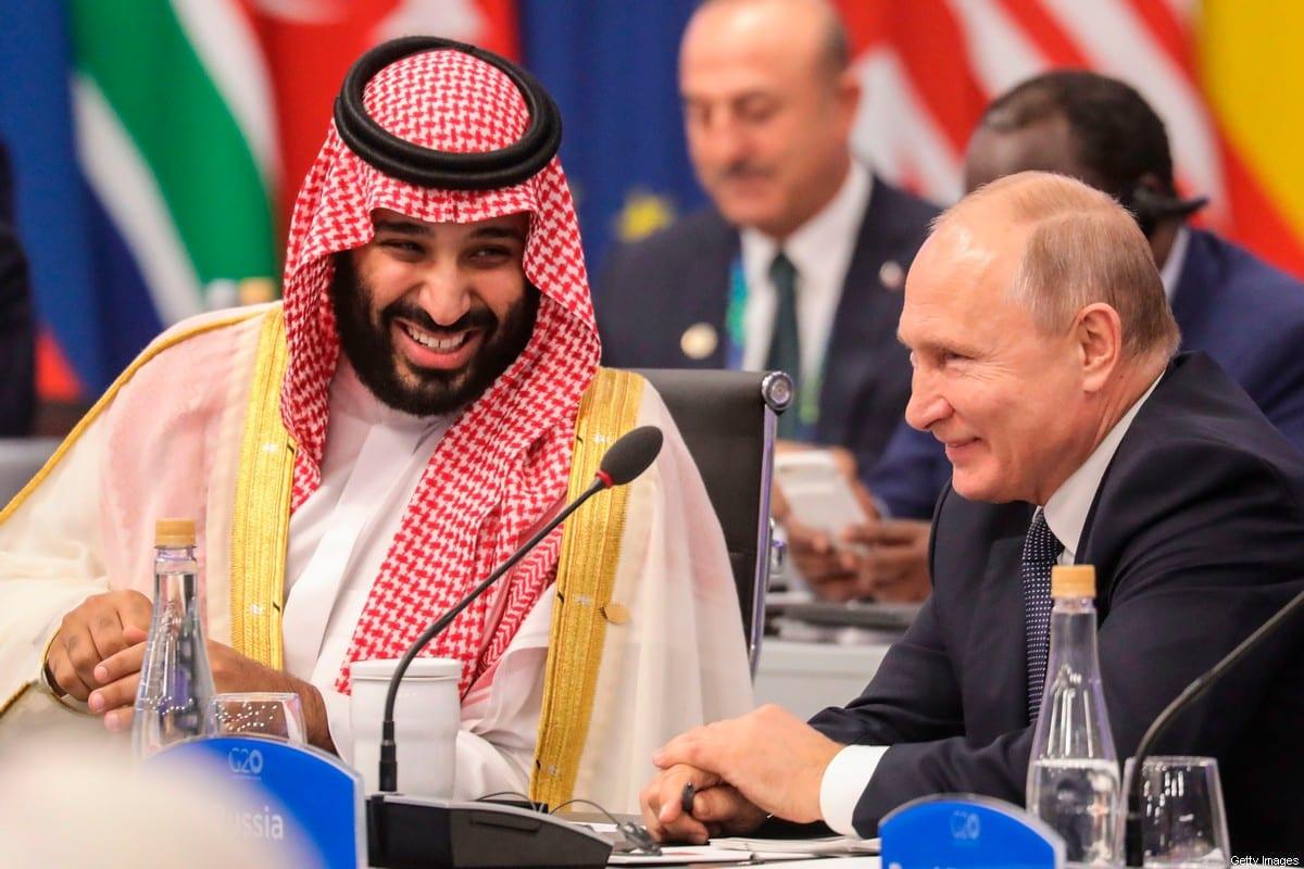 Presidente da Rússia Vladimir Putin, ao lado de Mohammed Bin Salman, príncipe herdeiro e governante de fato da Arábia Saudita, em Buenos Aires, Argentina, 30 de novembro de 2020 [Ludovic Marin/AFP/Getty Images]