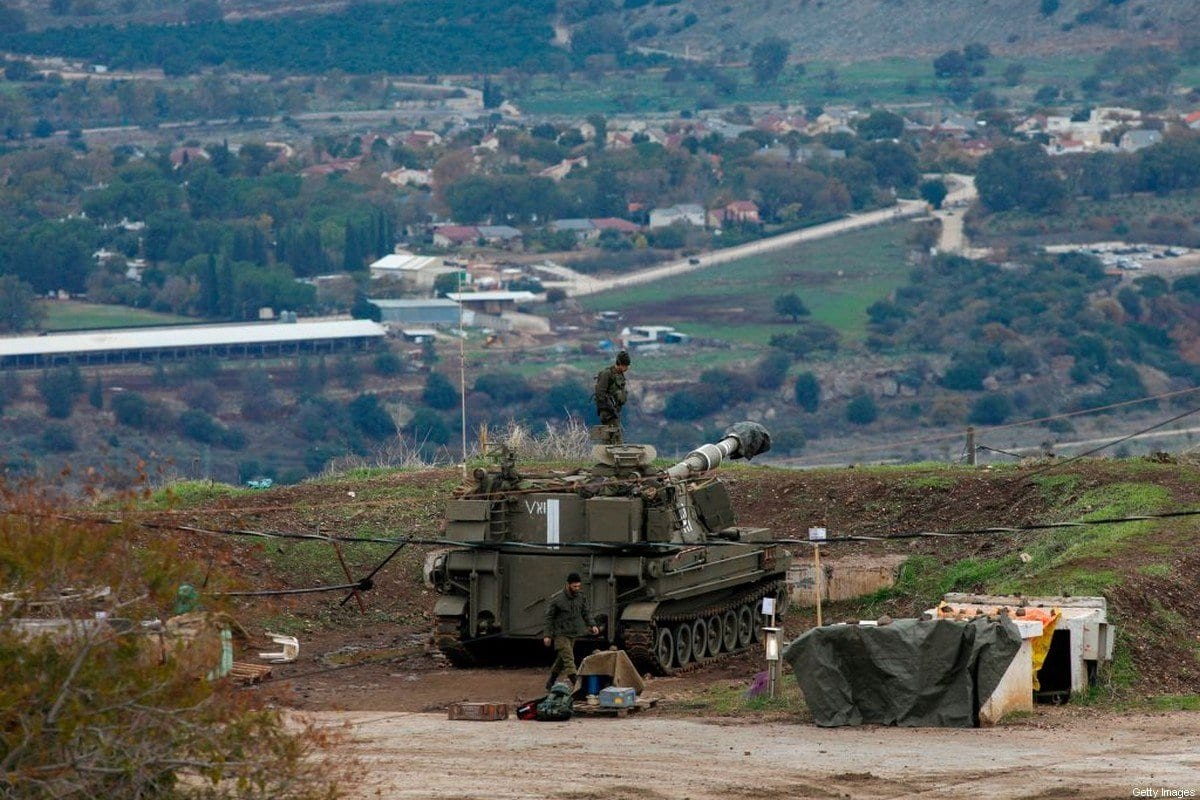Tropas israelenses posicionadas nas colinas de Golã, território sírio ocupado por Israel, em 3 de janeiro de 2020 [Jalaa Marey/AFP/Getty Images]