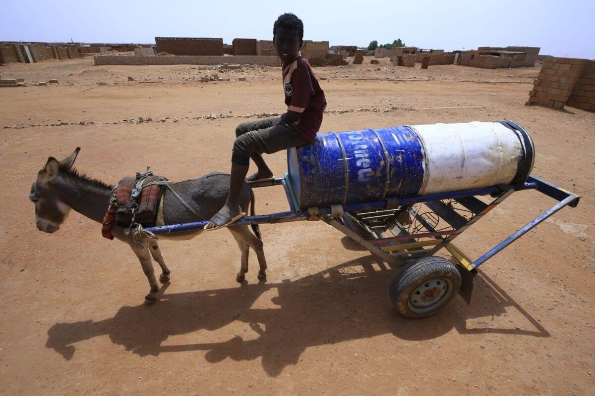 Menino sudanês cuja família recebe ajuda financeira humanitária da comunidade internacional é visto em Cartum, Sudão, 9 de julho de 2020 [Ashraf Shazly/AFP/Getty Images]