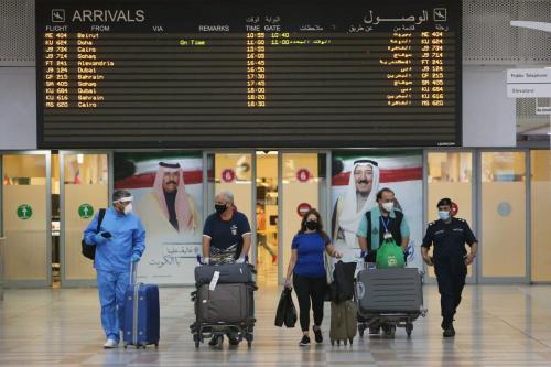 Passageiros chegam ao Aeroporto Internacional do Kuwait, em Farwaniya, Cidade do Kuwait, em 1º de agosto de 2020 [Yasser Al-Zayyat/AFP via Getty Images]