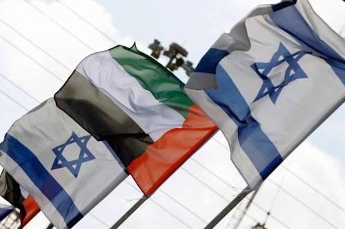 Bandeiras de Israel e Emirados Árabes Unidos alinhada em uma estrada na cidade de Netanya, na costa israelense, em 16 de agosto de 2020 [Jack Guez/AFP/Getty Images]